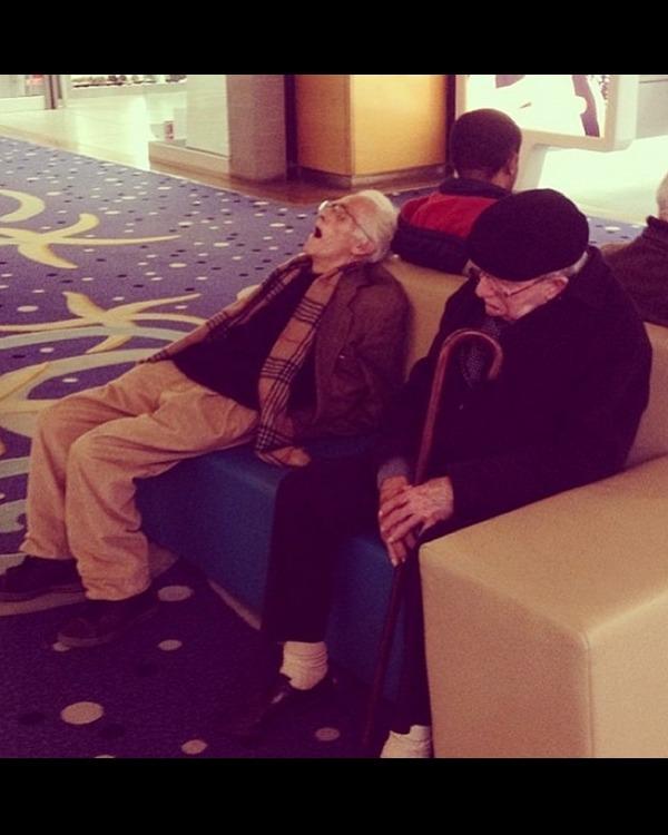 陪女人逛街的男人们:装睡